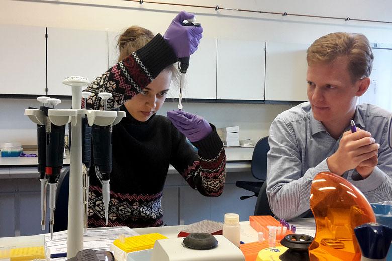 Яна Лексина и Роберт Веллеверд в лаборатории компанииGenDх