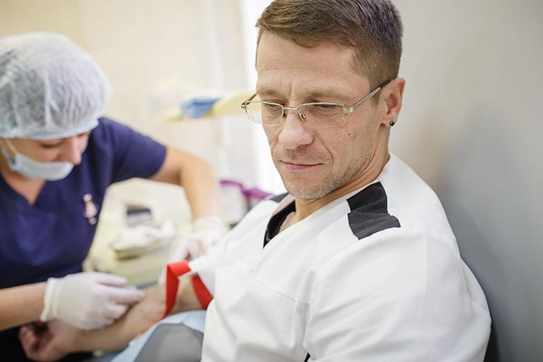 Санитар Денис без раздумий пришел на акцию: он и донором костного мозга готов стать хоть сегодня, лишь бы спасти человеку жизнь